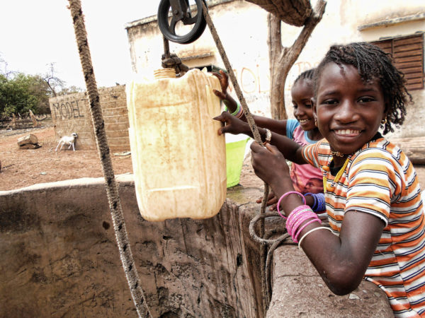 <span>Chicas jóvenes extrayendo agua</span><i>→</i>